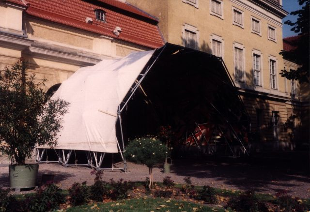 Zelt für die Ausstellung Achim Freyer, 1983 Foto von Gabi Sehringer Scan 000309 1016