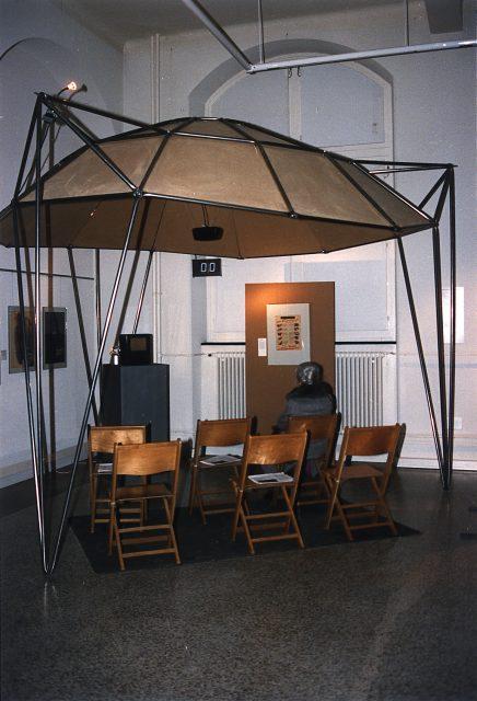 """Baldáchin aus System 180 aus der Ausstellung """"1.9.39"""", Zürich, 1989 Foto: Jürg Steiner Scan: 17.06.03, M. Pagel"""