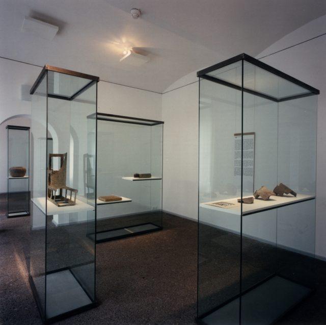 Vitrinen  Jenseits der Große Mauer  Museum am Ostwall,  Dortmund, 1990 Fotograf Werner Zellien  Scan 030409 Schö