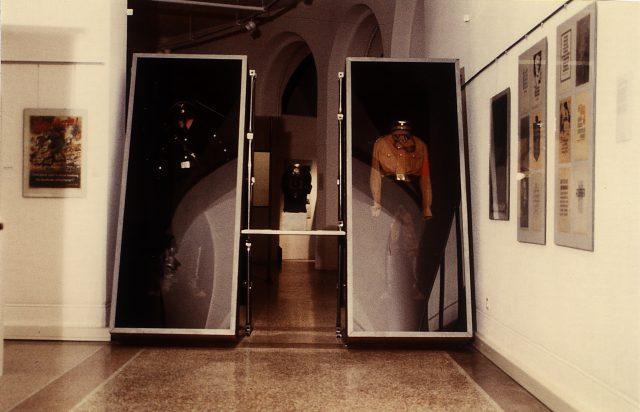 """Stellwand- Vitrinensystem aus der Ausstellung """"1.9.39"""", Zürich, 1989 Foto: Jürg Steiner Scan: 17.06.03, M. Pagel"""
