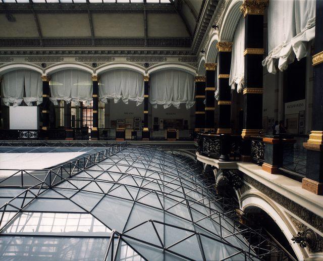 """Lichthof-Dachkonstruktion im Martin-Gropius-Bau, Berlin, 1993 Ausstellung """"Amerikanische Kunst des 20. Jahrhunderts"""" Foto: Werner Zellien Scan: 17.06.03, M. Pagel"""