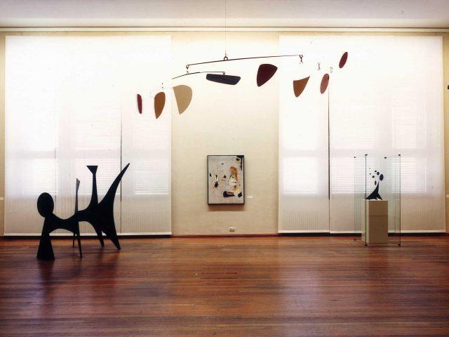 """Berlin, Martin-Gropius-Bau, Raum 7 Objekte von Alexander Calder und  Ausstellung """"Amerikanische Kunst im 20. Jahrhundert"""" Foto ? Ausstellung Wann? Archiv?"""