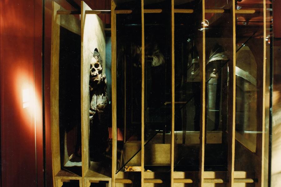 Hockende Mumie Raum 1, Seitenansicht