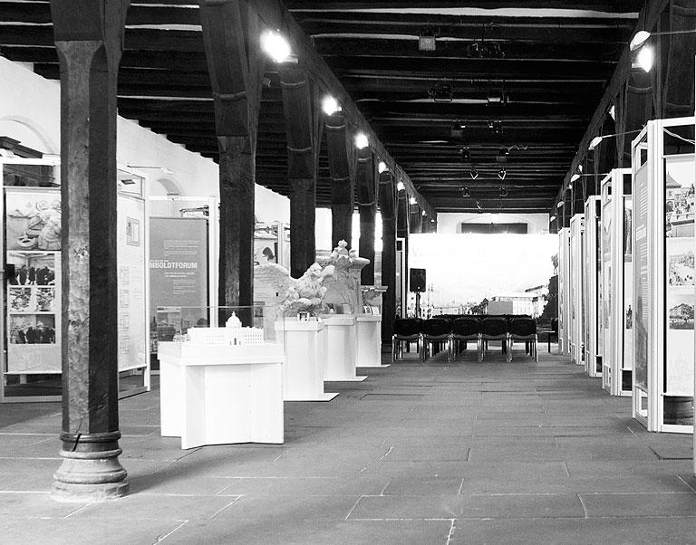 120914-1721-Ausstellung-Berliner-Schloss-retuschiert-sw