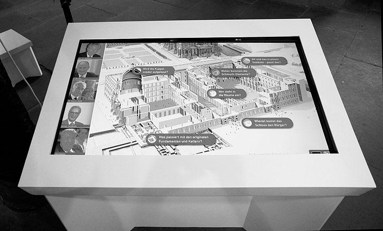 120914-1734-Ausstellung-Berliner-Schloss-retuschiert-sw